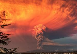 Smoke and ash rise from the Calbuco volcano as seen from the city of Puerto Montt, April 22, 2015. The Calbuco volcano in southern Chile erupted for the first time in more than five decades on Wednesday, sending a thick plume of ash and smoke several kilometres into the sky. REUTERS/Rafael Arenas      TPX IMAGES OF THE DAY